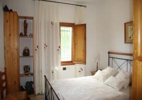 Dormitorio de matrimonio con ventanal de madera