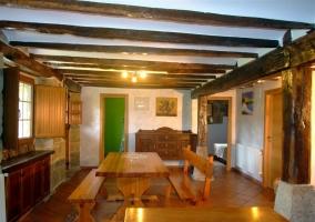 Bancos de madera con vigas en el techo