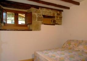 Cama de matrimonio con techos de vigas de madera