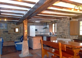 Cocina y banco para comer de madera