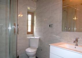 Cuarto de baño con plato de ducha y espejo