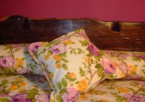 Detalle de los cojines en la cama de flores