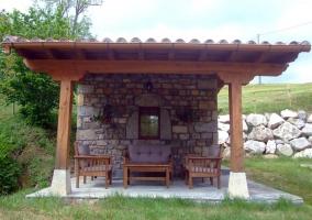 Detalle del mobiliario del porche de piedra