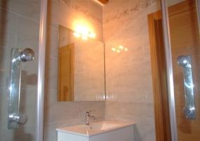 Detalle del mueble del lavabo blanco