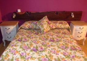 Habitación de matrimonio con edredón de flores
