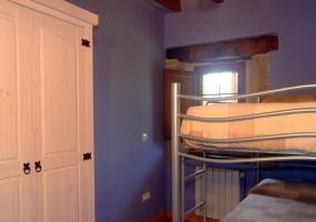 Habitación con literas y paredes moradas