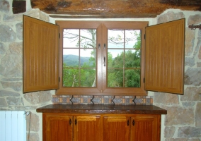 Mueble de la cocina de madera con contraventanas abiertas