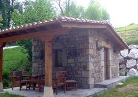 Porche de piedra con distinto mobiliario