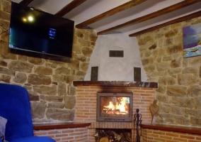 Detalle de la chimenea y las paredes de piedra en el salón