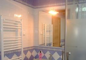 Vista del lavabo y el espejo. Radiador secador de toallas