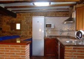 Vista desde la entrada de la cocina con barra de ladrillo