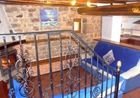 Vista al salón desde las escaleras