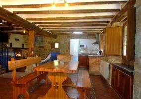 Vista de la cocina y del banco de madera