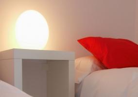 Dormitorio con mesilla y lámpara de bola