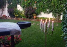 Amplio jardín con zona de masajes