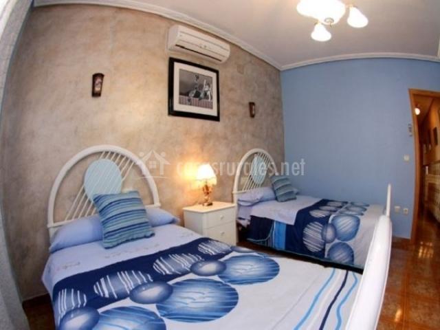 Habitación azul con aire acondicionado