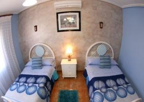 Habitación con dos camas en tonos azules