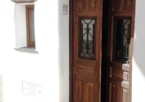 Acceso a la casa con puerta de madera