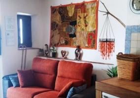 Sala de estar con la chimenea junto al televisor