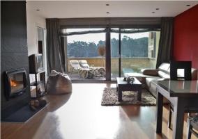 Salón con chimenea y acceso a la terraza