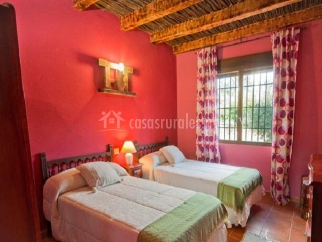 Dormitorio doble con camas separadas y cajonera