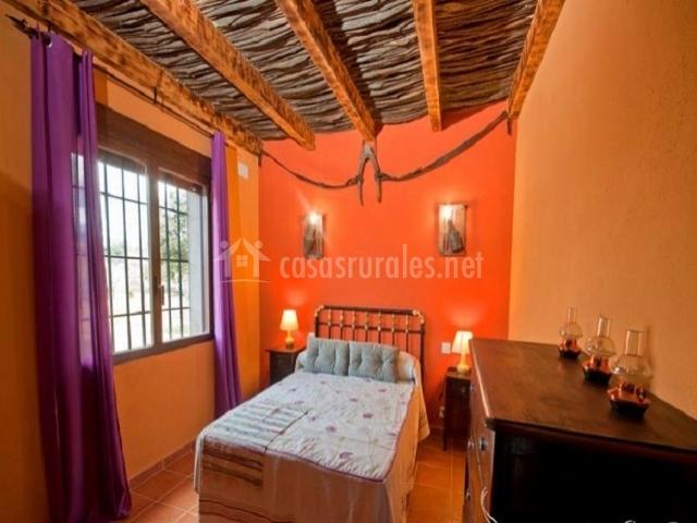 Dormitorio individual con ventanal