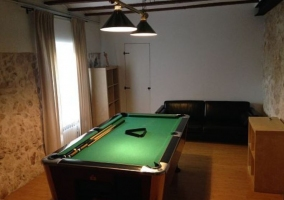 Sala de estar amplia con la mesa de madera y sus sillas