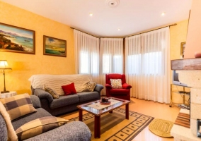 Sala de estar con chimenea amplia en el frente
