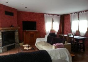 Sala de estar con amplios sillones