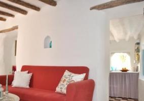 Sala de estar con sillones en azul y mesa blanca