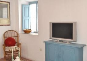 Sala de estar con sillones rojos y cocina
