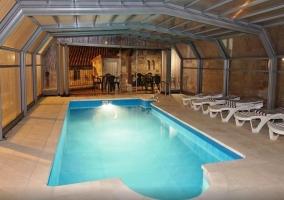 Vista de la piscina climatizada por la noche