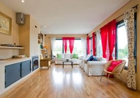Acceso principal a la vivienda con jardines delante