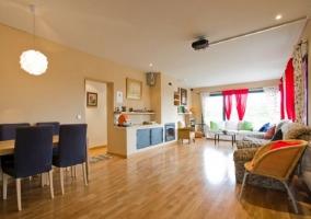 Sala de estar con chimenea y equipo de sonido