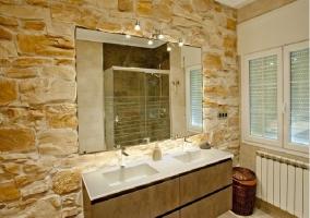 Baño con pared de piedra