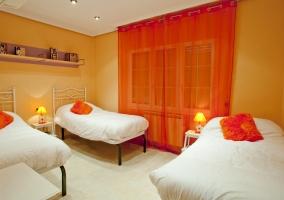 Dormitorio triple naranja