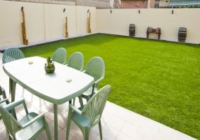 Jardín con mesa comedor