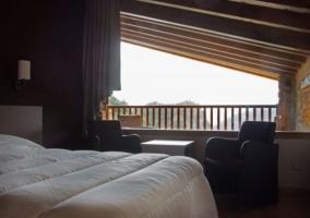 Dormitorio con mobiliario variado