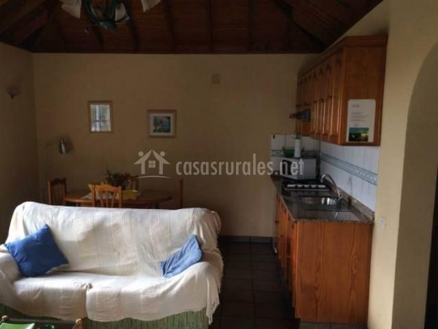 Cocina y sala de estar comunicados en el mismo espacio