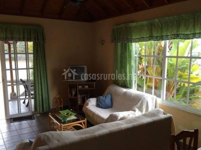 Sala de estar con cristaleras y salida a la terraza