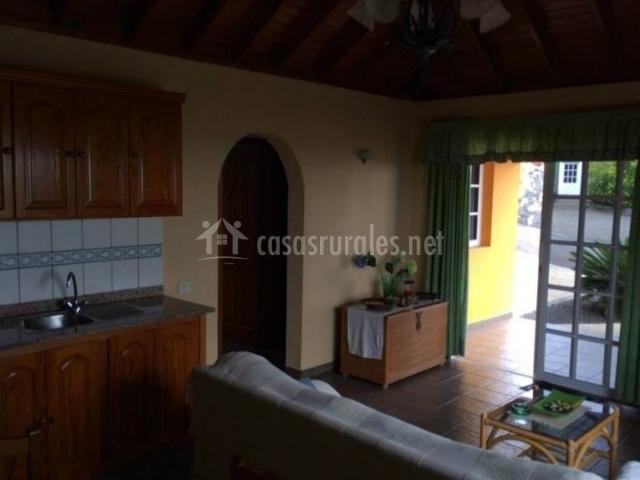 Sala de estar junto a la cocina y salida al exterior