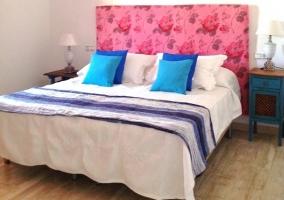 Dormitorio doble cama con cabecero rosa