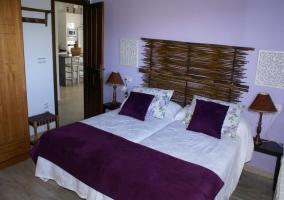 Dormitorio doble morado, vista hacia la cocina