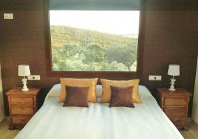 Dormitorio doble con impresionantes vistas detrás de la cama