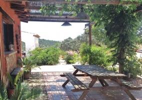 Mesa en el porche naranja