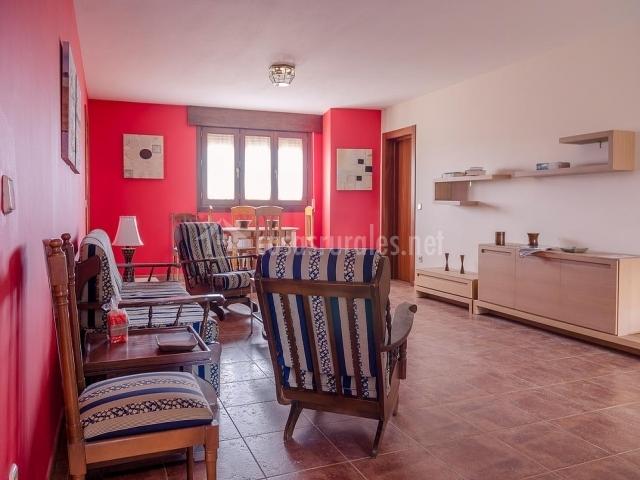 La serrana en la higuera segovia for Sala de estar rojo y blanco
