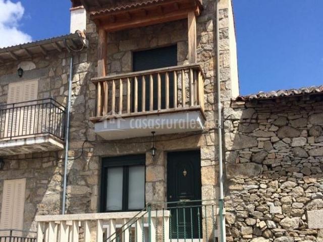 Acceso a la casa con fachaada de piedra