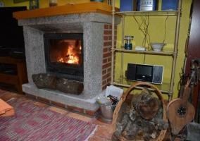 Sala de estar con la chimenea encendida
