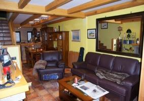 Salón con chimenea y sofás de cuero