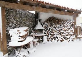 Vistas del porche con barbacoa nevada